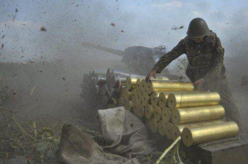 Poroschenkos Armee feuert mit aller Härte auf die Aufständischen. Zivilisten fliehen Schutz suchend in Massen nach Russland. Fotos: EPA, ap