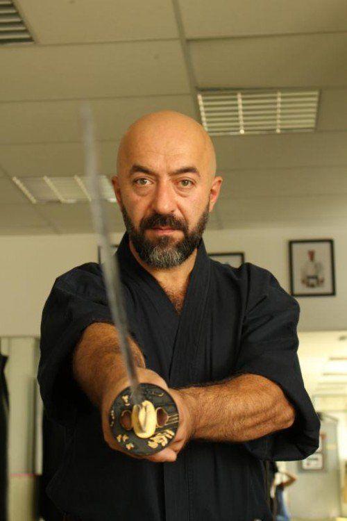 Als anerkannter Meister ist Talip Okcuoglu vom Weltverband autorisiert, Prüfungen auf allen Niveaus abzunehmen und zu bewerten. Foto: sis