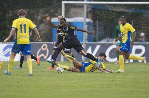 Altachs Louis-Clement Ngwat-Mahop (Mitte) erzielte zwei Treffer der Altacher. Fotos: Stiplovsek/2
