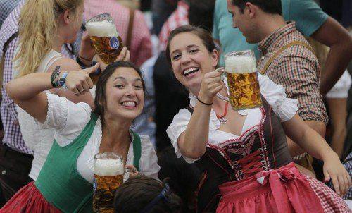 Am ersten Wochenende wurde rund eine Million Maß Bier konsumiert – die Maß kostet heuer bis zu 10,10 Euro. Foto: AP