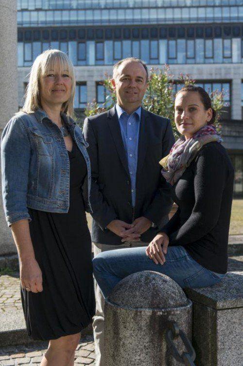 Andrea Schenkermayr (links) und Melanie Karg bilden mit Gernot Längle das Kernteam der Landeswahlleitung. Foto: Stiplovsek