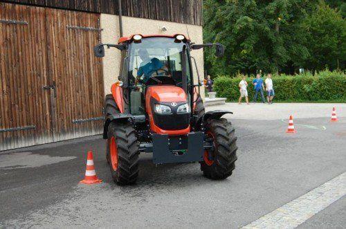 Auch das Traktorfahren will gekonnt sein – und auch geübt.  Foto: LFI