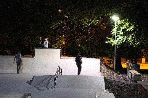 Bregenz. Lange Zeit vermissten die Besucher der Skateranlage im Bregenzer Freizeitpark Remise eine intakte Lichtanlage, die auch abends deren Nutzung ermöglicht. Im Bürgerforum machten sie auf diese Situation aufmerksam. Kurz darauf ließ die Stadt Bregenz einen Dämmerungsschalter anbringen. Nun ist die Anlage bis 22 Uhr beleuchtet.