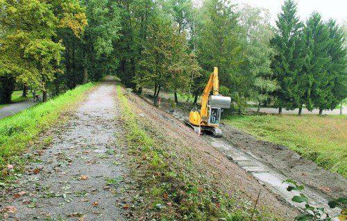 Auf der der Liegewiese abgewandten Ostseite des Dammes wird von Baggern der neue Radweg angelegt.  Foto: gg