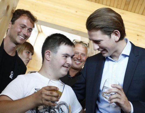 """BM Sebastian Kurz unterhält sich mit einem der Kinder des Tageszentrums """"Emils kleine Sonne"""".  Foto: D. Tatic"""