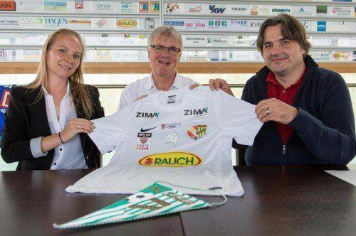 Austria-Vorstandsmitglied Olivia Lerch mit Präsident Hubert Nagel und Martin Fellacher von der Caritas. Stipo