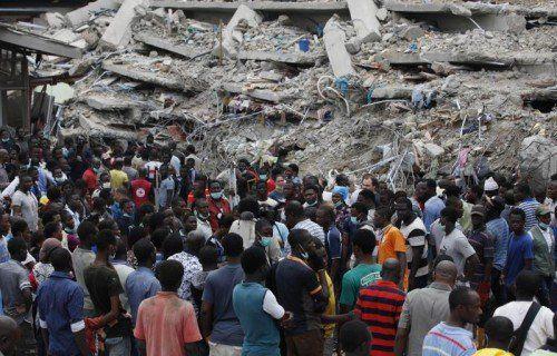Bei dem Einsturz haben 40 Menschen ihr Leben verloren, 124 weitere konnten aus den Trümmern befreit werden.  Foto: AP