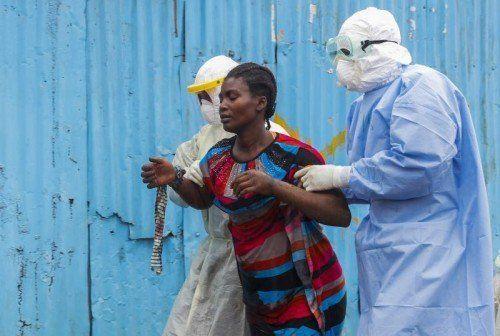 Bis Sonntag sollen in Sierra Leone Helfer von Haus zu Haus gehen, um aufzuklären und mögliche Ebola-Kranke ausfindig zu machen.  Foto: EPA