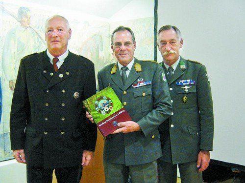 Brigadier Ernst Konzett (M.) mit den Autoren des Werks, Peter Tschernett (l.) und Vizeleutnant Siegfried Schwärzler.  Fotos: VN/Sohm