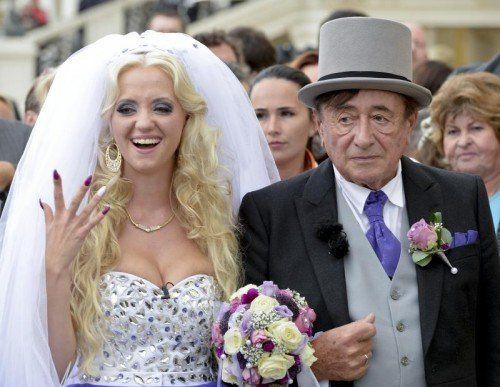 Der 81-jährige Richard Lugner hat seine 24-jährige Braut Cathy Schmitz vor den Altar geführt. Foto: APA