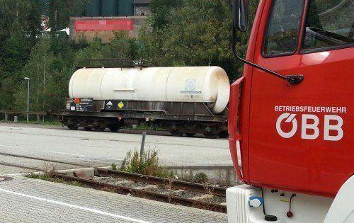 Der betroffene Kesselwaggon, aus dem wegen eines undichten Ventils Restmengen von Salpetersäure austraten.  Foto: Betriebsfeuerwehr