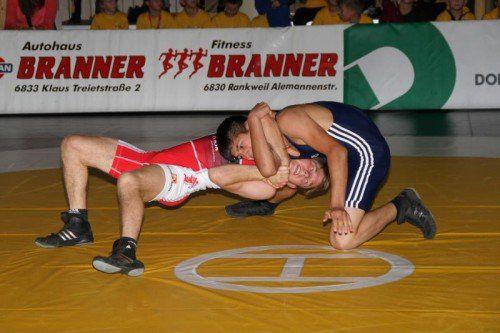 Der Klauser Stefan Hartmann (rotes Trikot) feierte im Freistil bis 57 kg einen souveränen 15:3-Punktesieg. Foto: schwämmle