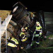 Sattelzug stürzte über die Böschung
