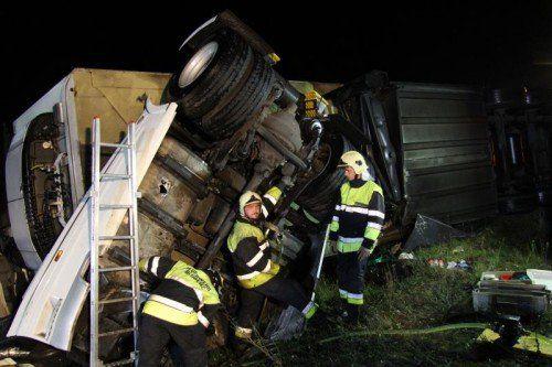 Der leckgeschlagene Dieseltank musste abgedichtet und abgepumpt werden. Es entstand kein Umweltschaden.