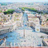 Der Petersplatz und der Petersdom im Vatikan