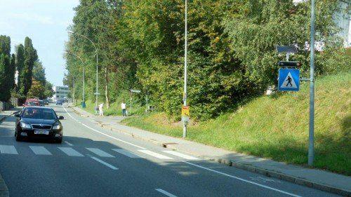 Der Weg ist durch eine Blinkampel gesichert.  Foto: VN/Jochum.