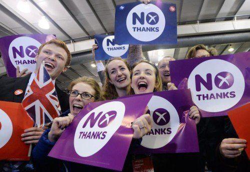 Die Anhänger der No-Kampagne hatten Grund zu feiern: Schottland wird bei Großbritannien bleiben.  FOTO: EPA