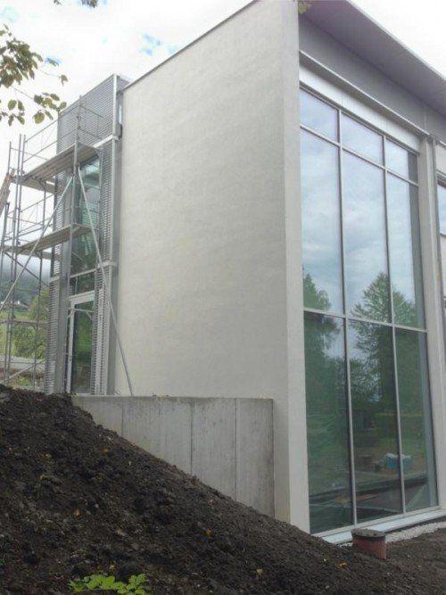 Die Außenfassade des Krankenhauszubaus ist fertig.  Foto: bk