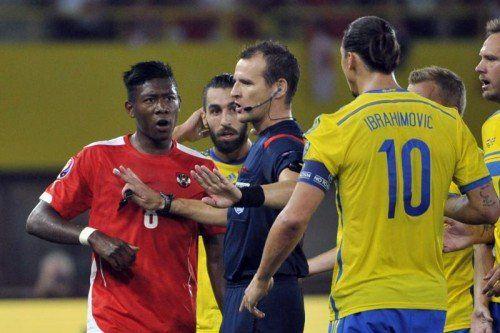 Die beiden Superstars David Alaba (links) und Zlatan Ibrahimovic kamen sich gefährlich nahe. Foto: ap