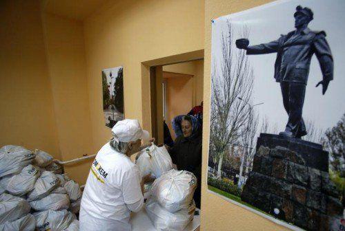 Die Bevölkerung der umkämpften Stadt Donezk ist von humanitärer Hilfe abhängig. FOTO: AP