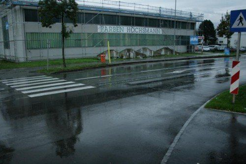 Die Gemeinde Lauterach will den Zebrastreifen vor der Firma Weiss schon bald ersetzen.  Foto: pes
