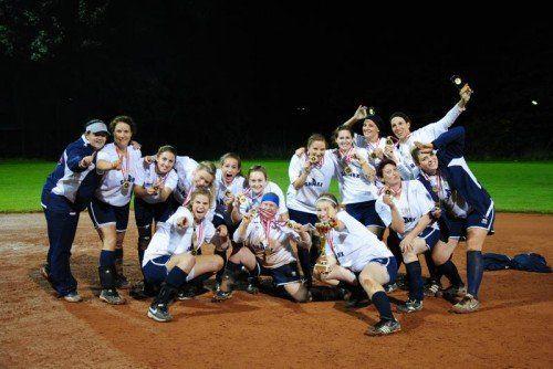 Die Girls von Headcoach Marion Mittelberger (l.) holten den zwölften ASL-Meistertitel in der Geschichte der Dornbirn Sharx. Foto: Privat