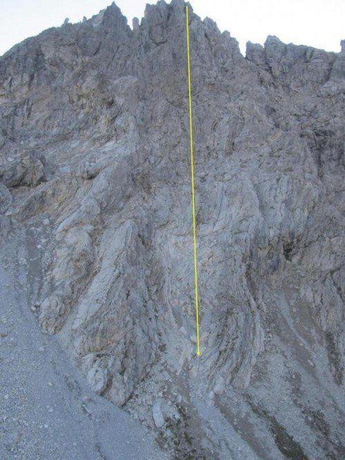 Die Kleinwalsertaler Polizei markierte auf diesem Bild, von wo der Lindauer vom Klettersteig in die Tiefe stürzte. Foto: Polizei