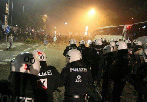 Die rund 200 Polizisten bekamen große Gewaltbereitschaft zu spüren. Foto: apa