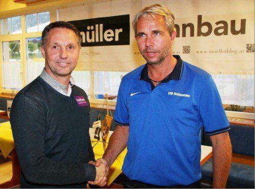 Die Trainer Damir Canadi (l.) und Rainer Spiegel beim Handshake vor dem Cupspiel. Foto: Knobel