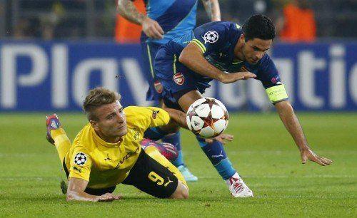 Dortmunds Ciro Immobile (links) gegen Mikel Arteta bei einem Abschlussversuch im Spiel Dortmund gegen Arsenal. Foto: Reuters