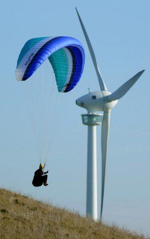 Ein Paraglider übt am Sonntag (20.11.2011) an einem kleinen Berg im Süden von Hannover. Für die kommenden Tage sagen die Meteorologen neblig-trübes Wetter voraus, wobei sich örtlich auch immer wieder die Sonne durchsetzen kann. Foto: Julian Stratenschulte dpa/lni +++(c) dpa - Bildfunk+++