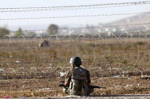 Ein türkischer Soldat bewacht den Grenzzaun zwischen der Türkei und Syrien nahe der Stadt Suruc.