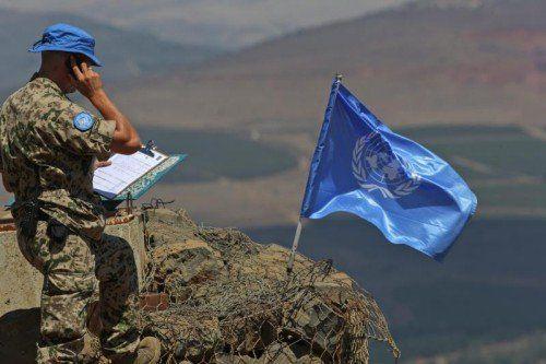 Ein UN-Soldat meldet die instabile Lage auf den Golanhöhen. EPA