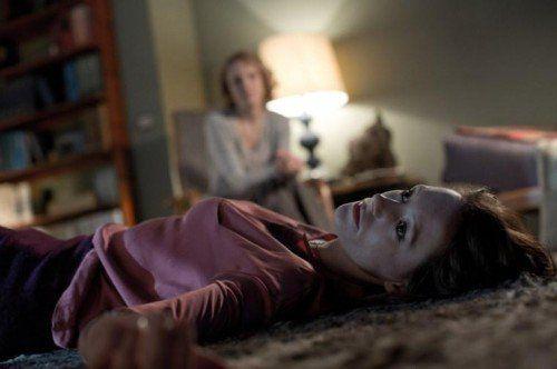Elisabeth redet mit ihrer Therapeutin über die Schuldgefühle, die sie auf- grund des Unfalls quälen.