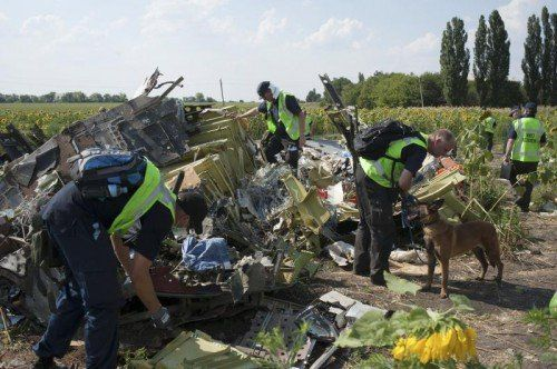 """Ermittler untersuchen Teile der Maschine des Flugs MH17. Der Absturz wurde durch """"Einwirkung von außen"""" verursacht. FOTO: AP"""