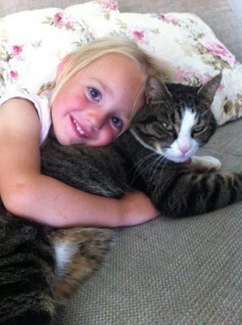 Die dreijährige Ida aus Bezau am Kuscheln mit Kater Jodok.
