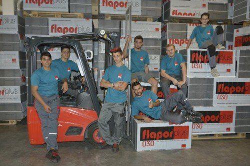Flatz Verpackungen: Sieben Jugendliche haben die Lehre begonnen. Ausgebildet wird in Verpackungstechnik, Produktionstechnik, Betriebslogistik, Elektroanlagentechnik, Druckvorstufentechnik, Maschinenbautechnik und Büro.