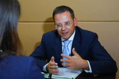FMA-Vorstand Klaus Kumpfmüller im Gespräch mit den VN anlässlich seines Vortrags im WIFI Dornbirn.  Foto: VN/Hofmeister