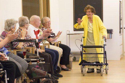 Frau Wagner überraschte die Gäste als Model.  Foto: Pflegeheime