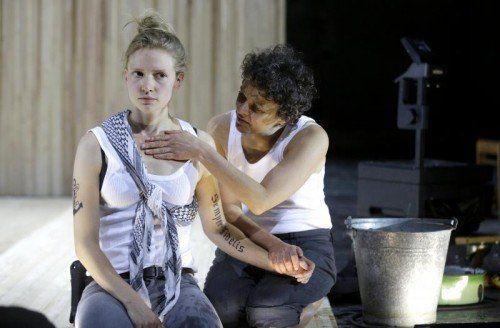 """Frida-Lovisa Hamann und Dorothee Hartinger in """"Die lächerliche Finsternis"""" von Wolfram Lotz im Akademietheater.  FOTO: APA"""