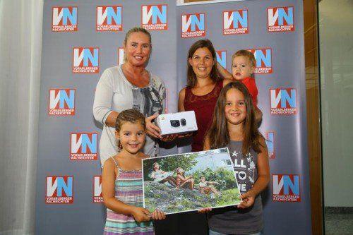 """Gewinnerin VN Urlaubsfoto Aktion; Gewinnerin der VN Urlaubsfoto Aktion """"Da schau her"""" Andrea Türtscher; vorne v.l.: Elena, Ronja; Mama Andra mit Fabio;"""