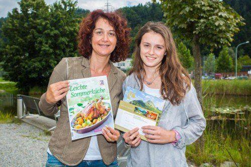 Gewinnübergabe VN-Rezeptheft Leichte Sommerküche: Stefanie Peiker aus Dornbirn hat einen 300-Euro-Gutschein vom Steffisalp gewonnen