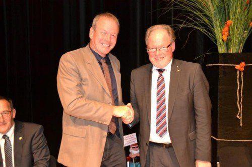 Götzner Langzeitbürgermeister Werner Huber (r.) übergab sein Amt an Christian Loacker.  Foto: ver