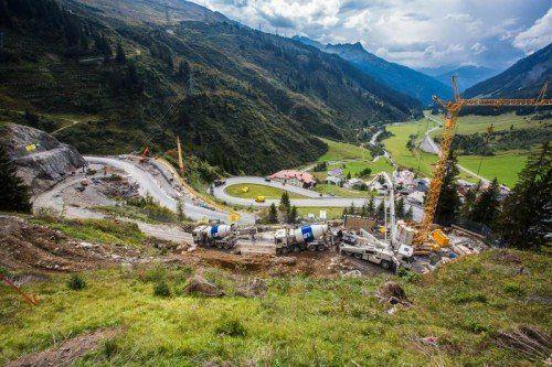 Großbaustelle für mehr Verkehrssicherheit im Hochgebirge: Der auf Hochtouren laufende Bau einer neuen Zufahrtsstraße auf den Arlberg- und Flexenpass oberhalb von Stuben. Foto:vn/Steurer