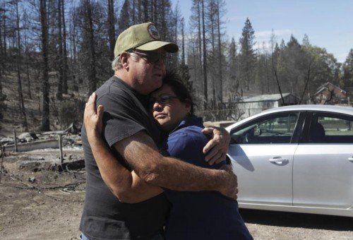 Heftige Winde fachen die Flammen immer wieder an. Mehr als 2000 Menschen mussten ihre Häuser verlassen.  Foto: AP