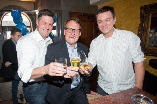 Hob das Glas in der Kinz-Bar: das FP-Abgeordnetentrio Daniel Allgäuer (l.) sowie Ernst Hagen und Christoph Waibel.