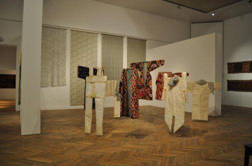 Ikat-Mäntel in Seide aus Usbekistan (19. Jahrhundert) und Papierskulpturen von Tone Fink von 1990.  Foto: Küntlerhaus