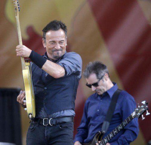 Immer noch topfit: Bruce Springsteen im Mai 2014 bei einer Show in New Orleans. Im Hintergrund: Bassist Garry Tallent. Foto: AP