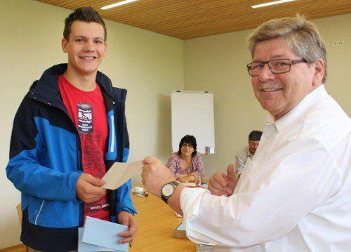 In Röns überreicht Bürgermeister Gohm höchstpersönlich das Kuvert für den Wahlzettel. Der junge Mann wählt mit 16 Jahren zum ersten Mal.
