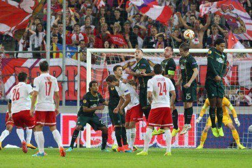 Jonathan Soriano (l.) versöhnte die Salzburg-Fans mit seinem Traum-Freistoß zum 2:2-Endstand, der für Celtic-Goalie Gordon unhaltbar war.  gepa